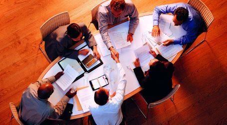 Kollektivvertrag: Weißes Blatt liegt am Verhandlungstisch
